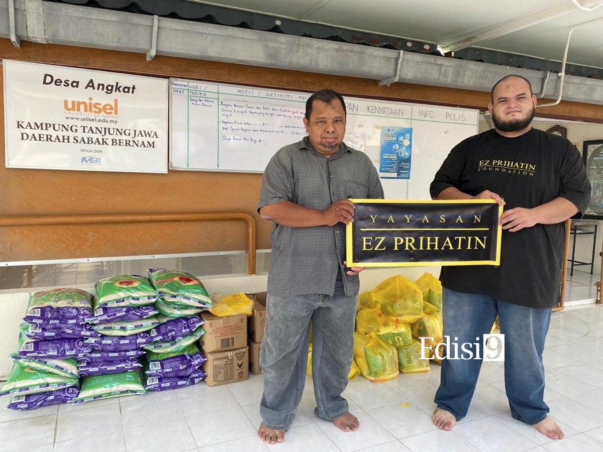 WAKIL Yayasan EZ Prihatin, Syariffudin Supeni (kanan) menyampaikan sumbangan kepada wakil penduduk. EDISI 9 / IKHSAN YAYASAN