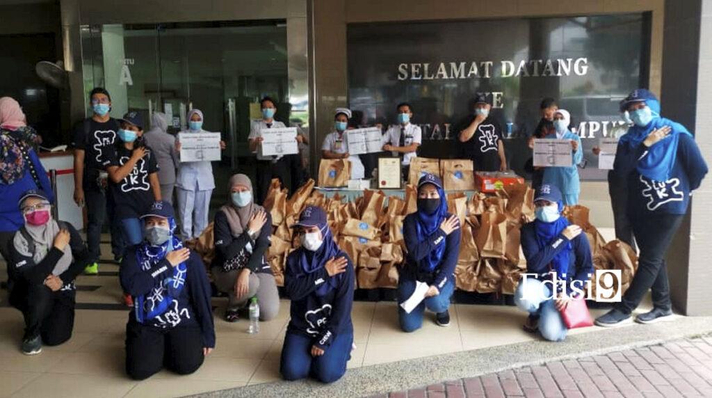 ALUMNI Peluk bergambar bersama kakitangan Hospital Kuala Lumpur semasa program Peluk-peluk Syawal 2020 di Hospital Kuala Lumpur baru- baru ini. Foto: ALUMNI PENJANA