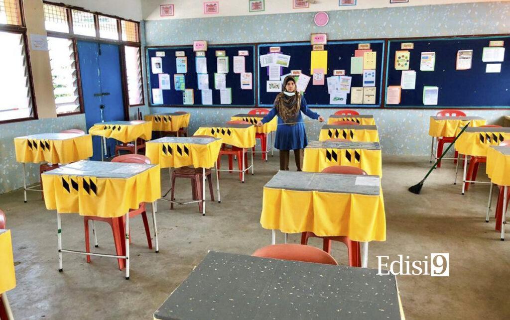 GURU kelas memeriksa sistem ukuran penjarakan sosial susunan meja di dalam kelas semasa gotong- royong PKPP di SMK Bukit Rahman Putra Sungai Buloh semalam.