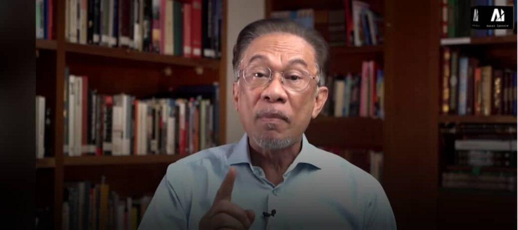 Reaksi Anwar Ibrahim dalam klip video  ketika beliau mengulas perkembangan politik semasa, hari ini.