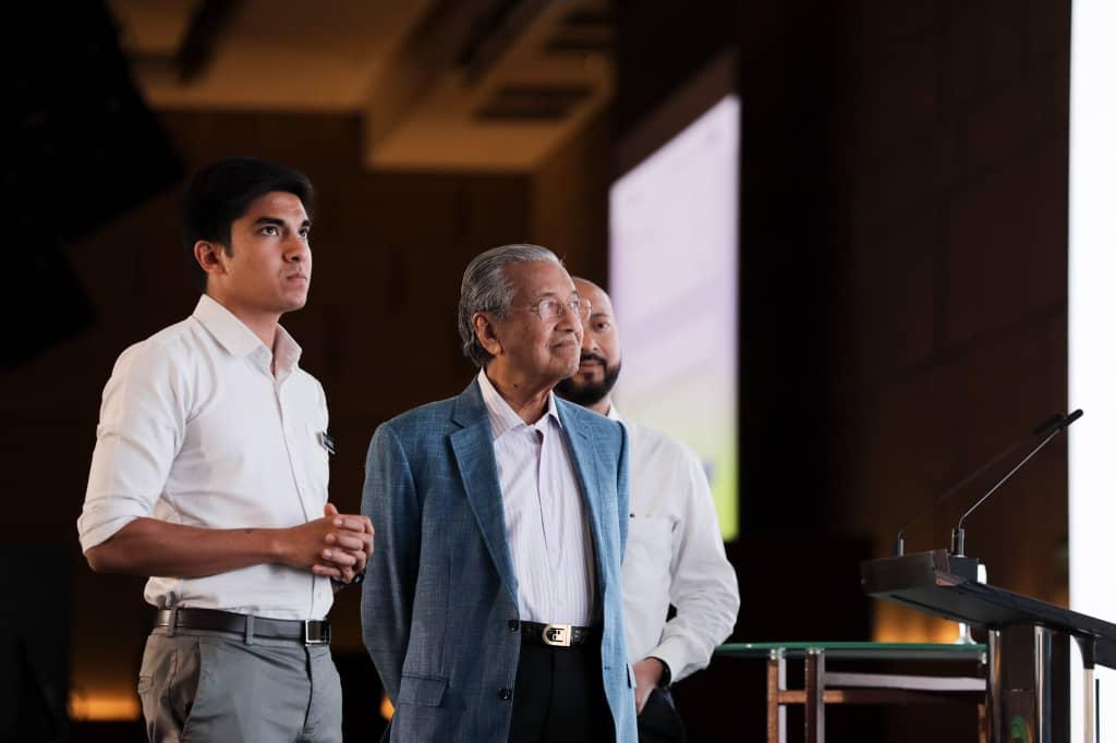 Mahathir Mohamad bersama Syed Saddiq Syed Abdul Rahman dan Mukhriz Mahathir.