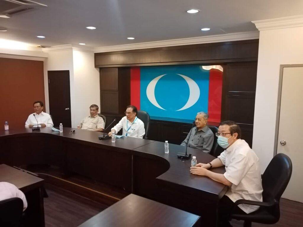 Tindakan Mahathir Mohamad mencalonkan Mohd.Shafie Apdal sebagai Perdana Menteri mula mencetuskan 'pergolakan' dalam Pakatan Harapan.