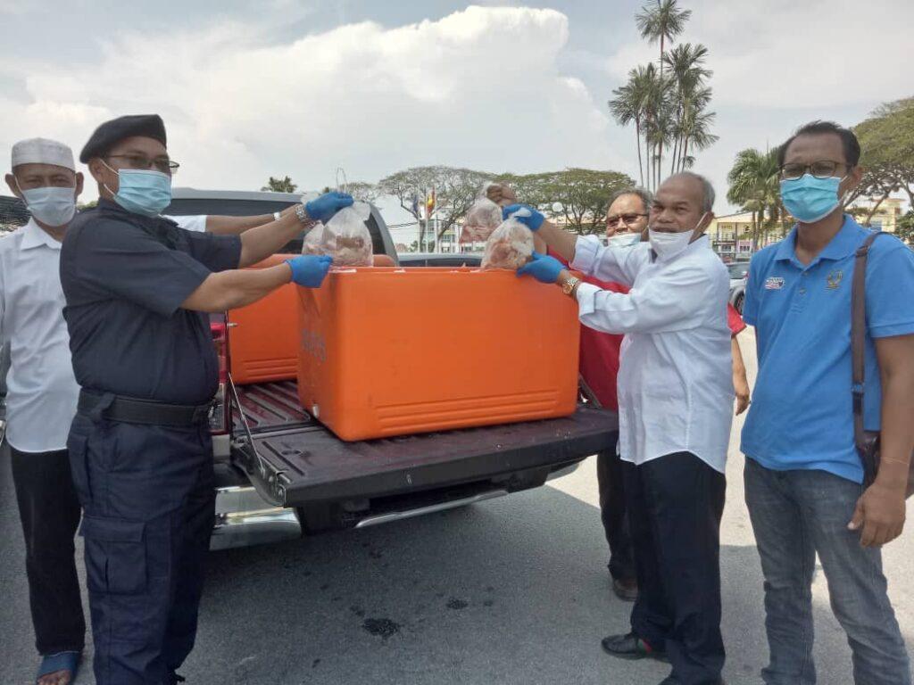 Jahaya Ibrahim (dua dari kanan) ketika menyampaikan sumbangan ayam dan ikan kepada barisan hadapan di Ibu Pejabat Polis Daerah Kuala Selangor, baru-baru ini.