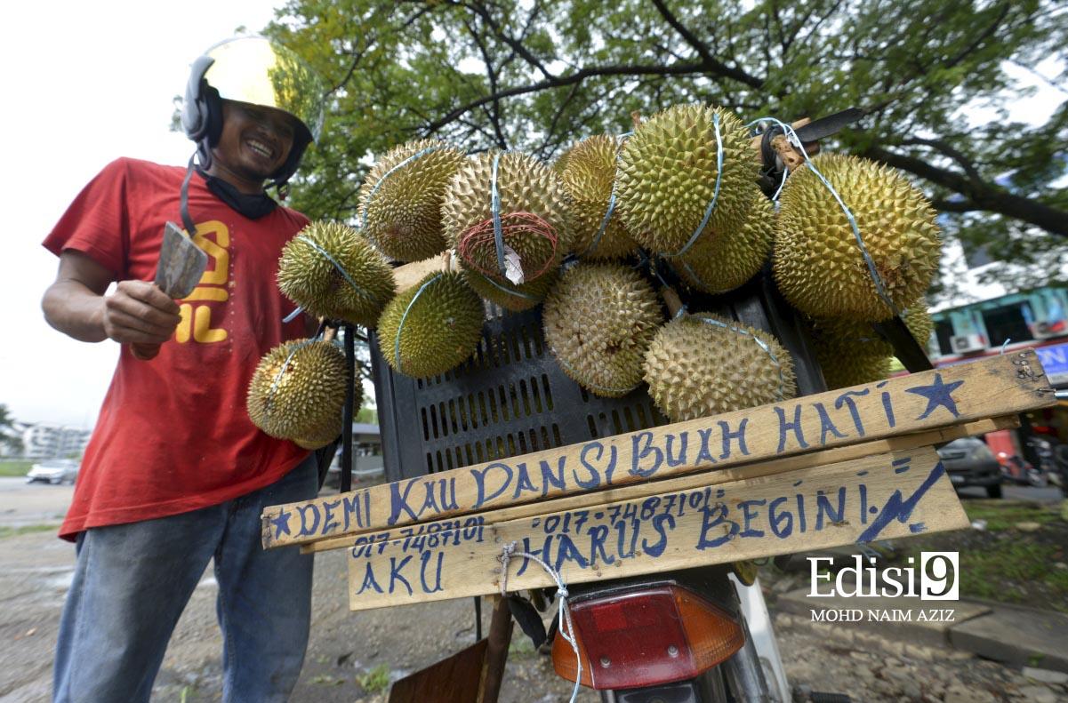 Kata- kata perangsang yang terdapat di pelantar motorsikal jualannya ketika ditemui di bahu jalan utama Sungai Buloh- Kuala Selangor di sini semalam.