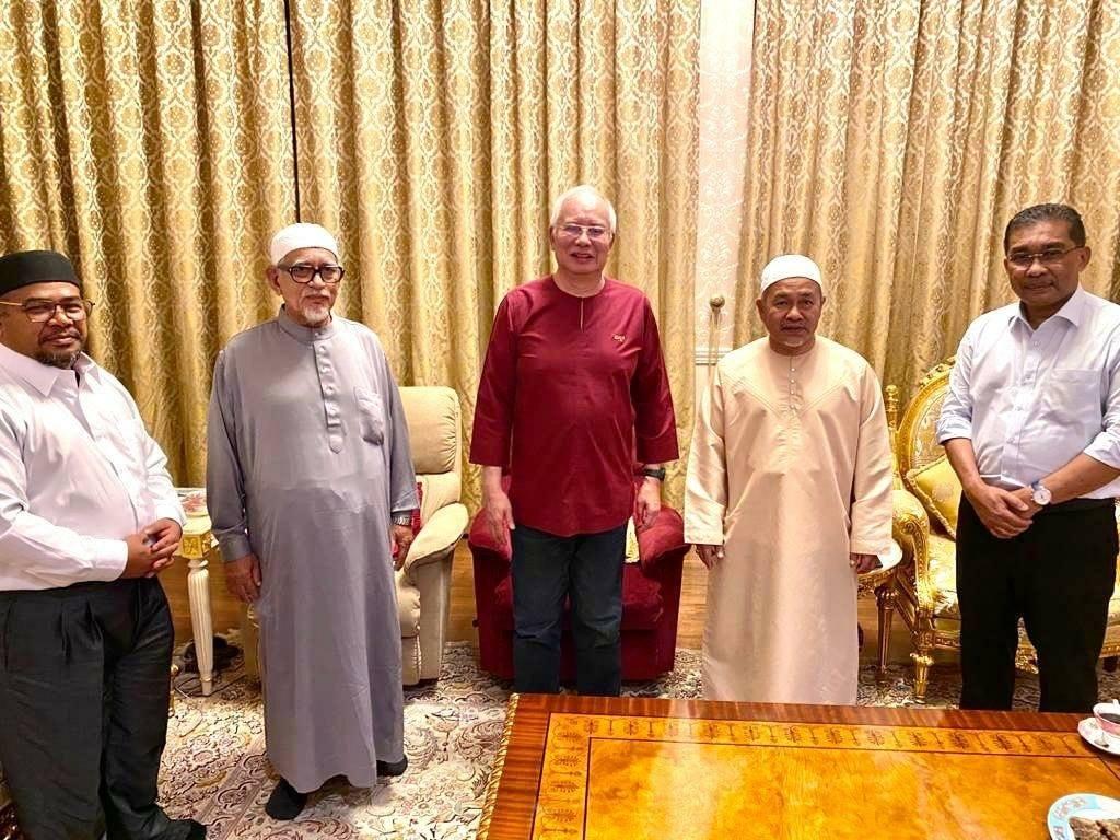 Najib Tun Razak bersama Abdul Hadi Awang, Tuan Ibrahim Tuan Man, Khairuddin Aman Razali dan Takiyuddin Hassan yang mengunjungi bekas Perdana Menteri itu di Kuala Lumpur, malam tadı.