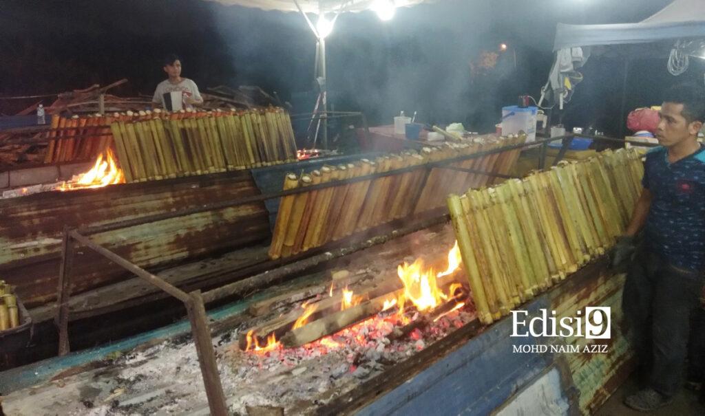 PEMBAKARAN selama satu jam untuk 200 batang lemang di gaerai jualan di Kampung Kubu Gajah, Sungai Buloh. Foto: EDISI 9 / MOHD NAIM AZIZ