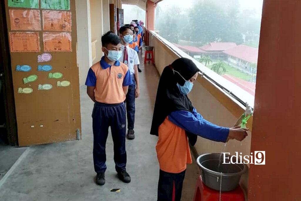 BENTONG 15 Julai 2020 - MURID-murid menggunakan sinki alternatif yang disediakan di hadapan kelas di SK Felda Kg. Sertik, Karak, Bentong pagi tadi . Foto: EDISI 9/ SK SERTIK