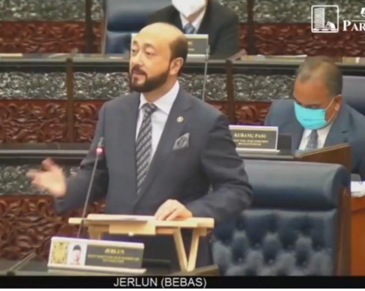 Mukhriz Mahathir ketika membahaskan titah ucapan Yang di-Pertuan Agong di Dewan Rakyat, semalam.