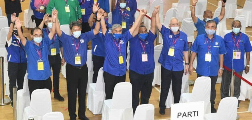 Pemimpin-pemimpin Barisan Nasional bergambar bersama selepas parti itu menang besar di PRK DUN Slim, semalam.