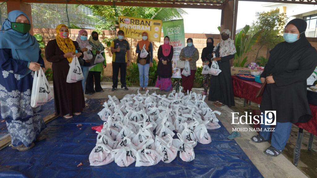 DR. Rose Rahimah bersama penerima daging korban bergambar bersama semasa sesi penyerahan petang tadi.Foto: EDISI 9 / MOHD NAIM AZIZ