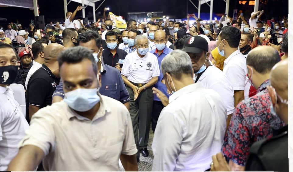 Dr.Mahathir Mohamad ketika menghadiri Ceramah Perdana semperna PPRK Slim, di Felda Trolak, Slim River, malam tadı.