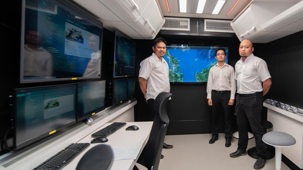 Abdul Rahim Mat Sidek (kiri) bersama dua rakannya di Pusat Automatif Mindmatics di Sungai Buloh, Selangor, hari ini.