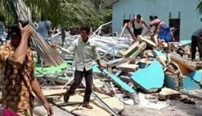 SEBUAH rumah musnah dirobohkan sebuah jengkaut di Serdang Bedagai, Indonesia.
