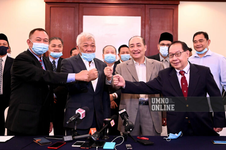Bung Moktar Radin bersama Hajiji Mohd Noor dan ADUN-ADUN Gabungan Rakyat Sabah, di Kota Kinabalu hari ini.