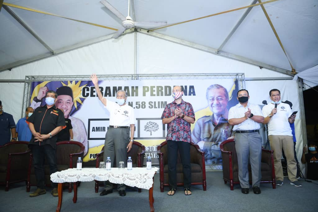 Dr.Mahathir Mohamad dan Mukhriz ketika berkempen di PRK DUN Slim, baru-baru ini.