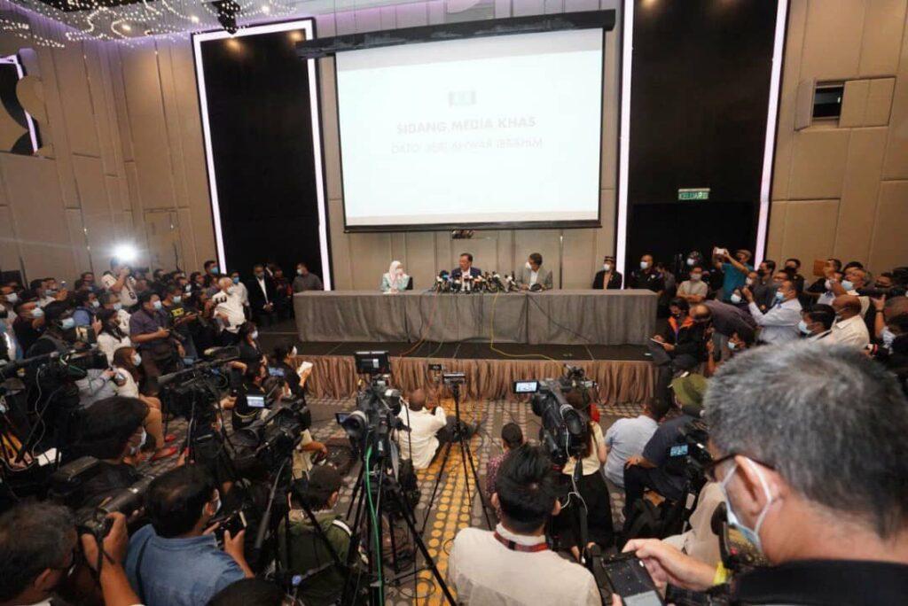 Suasana ketika sidang media Anwar Ibrahim di Kuala Lumpur yang mendakwa beliau mempunyai majoriti kukuh bagi menubuhkan kerajaan.