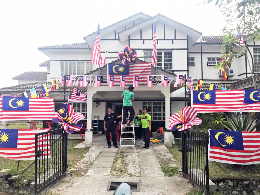 SEKUMPULAN penduduk menghias kediaman dengan Jalur Gemilang sempena pertandingan yang dianjurkan KRT Puncak Alam Fasa 2 di, Bandar Puncak Alam , Selangor.