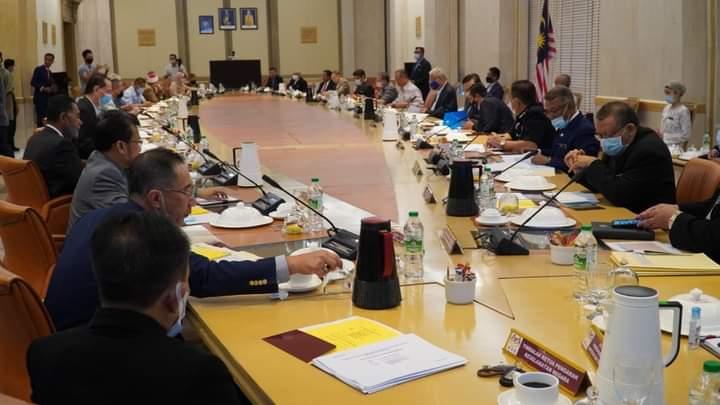 Perdana Menteri mempengerusikan Mesyuarat Khas Kabinet mengenai Covic-19 di Putrajaya, hari ini. - Foto FB