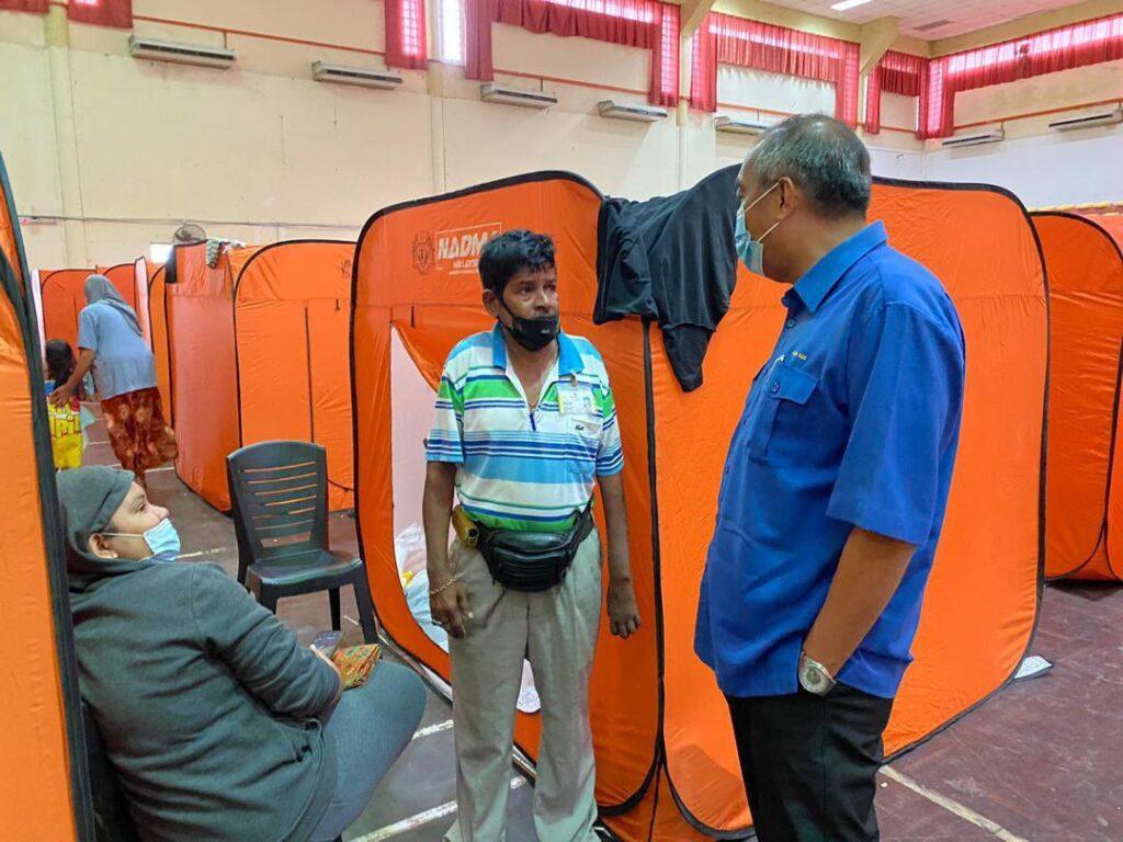 Salleh Said Keruak ketika melawat mangsa banjir di Kota Belud pada 6 Oktober lalu. - Gambar Facebook Salleh Said Keruak.