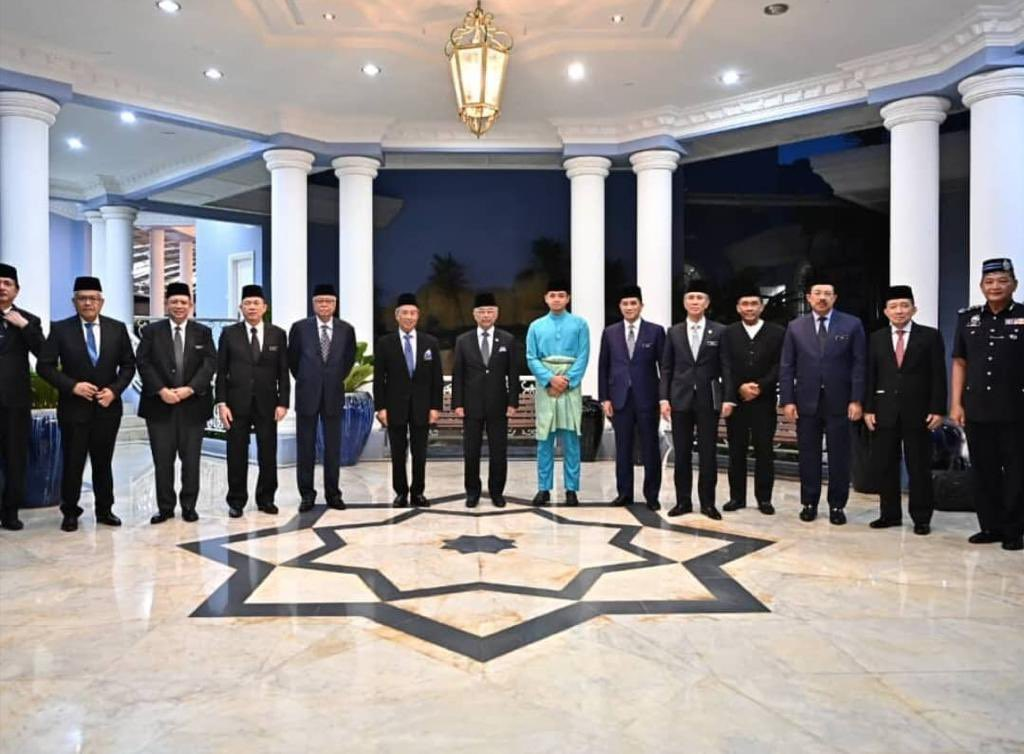 Yang di-Pertuan Agong, Al-Sultan Abdullah Ri'ayatuddin Al-Mustafa Billah Shah bergambar bersama Perdana Menteri, Tan Sri Muhyiddin Yassin dan anggota Kabinet dalam pertemuan di Istana Abdul Aziz, Kuantan, semalam.