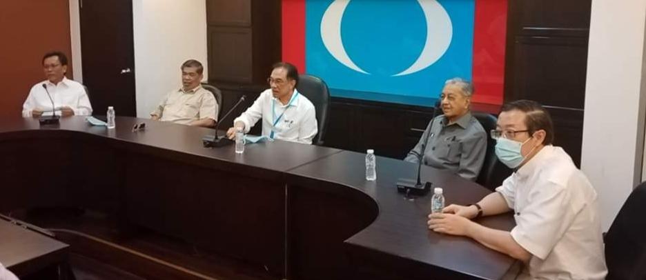 Ahli-ahli Parlimen UMNO perlu kekal menolak sebarang kerjasama sama ada dengan Datuk Seri Anwar Ibrahim, Tun Dr.Mahathir Mohamad dan DAP.
