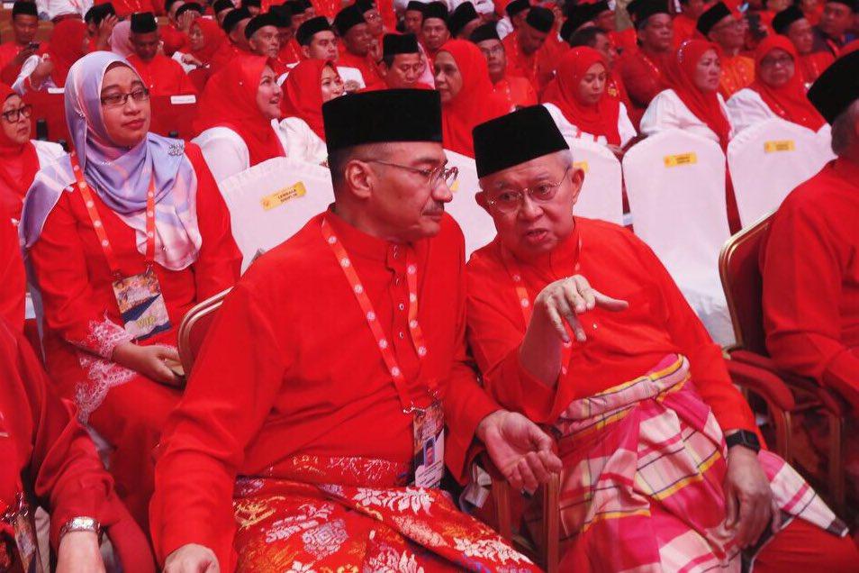 Tengku Razaleigh Hamzah bersama Hishammuddin Tun Hussein.