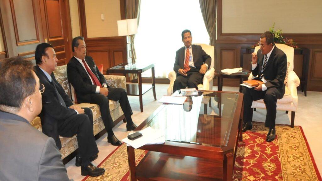 Penulis (kanan sekali) ketika memberi pandangan mengenai ekonomi bumiputera ketika mengadakan pertemuan dengan Tan Sri Muhyiddin Yassin pada tahun 2010.  Muhyiddin ketika itu adalah Timbalan Perdana Menteri.