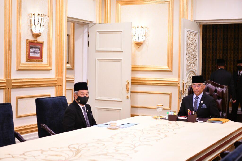 Al-Sultan Abdullah ketika menerima menghadap Tan Sri Muhyiddin Yassin di Istana Negara, hari ini.