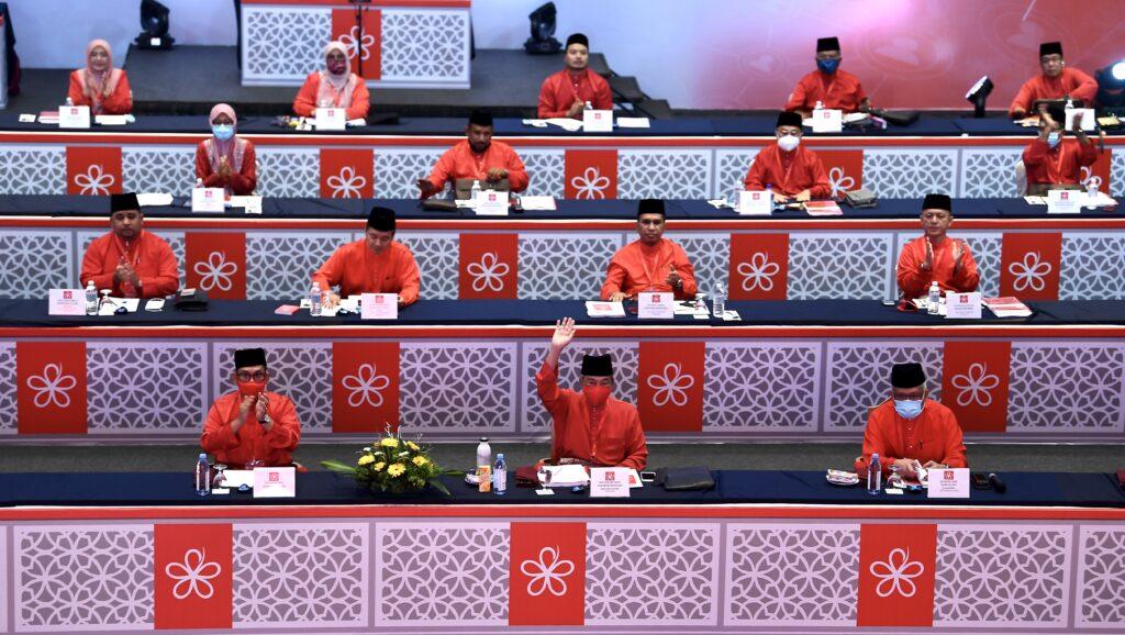 Muhyiddin Yassin bersama barisan Ahli Majlis Tertingi Bersatu ketika Perhimpunan Agung Bersatu 2020, di Kuala Lumpur, hari ini.
