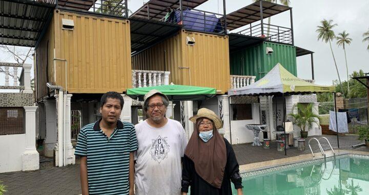 Wahid Hashim bersama isterinya, Meri Abul Muluk dan salah seorang anaknya di Sand Dune Villa, Benting Lintang, Besut, Terengganu. - Foto Edisi 9