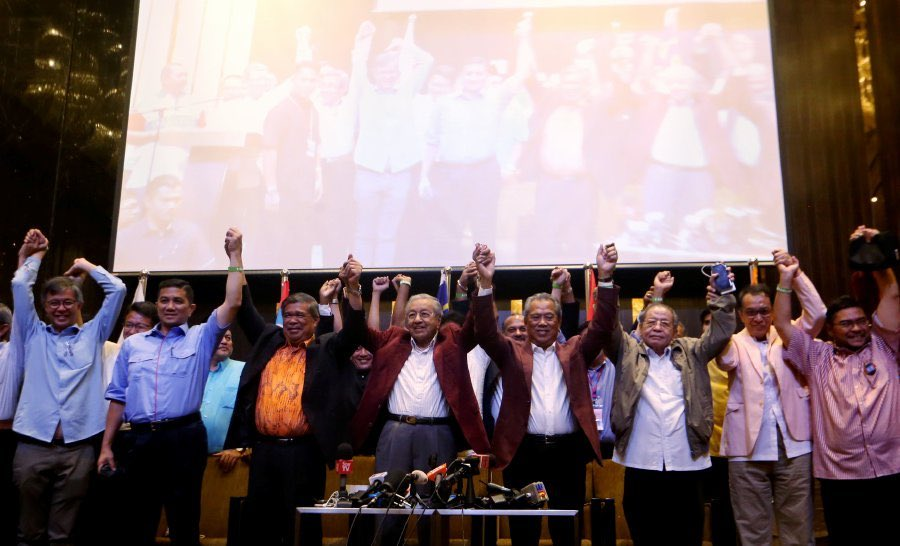 IMBAS KEMBALI - Dr.Mahathir Mohamad bersama-sama pemimpin Pakatan Harapan selepas memenangi Pilihan Raya Umum Ke-14 pada 2018. Turut kelihatan Muhyiddin, Lim Kit Siang, Mohamed Azmin Ali dan Mohamad Sabu.