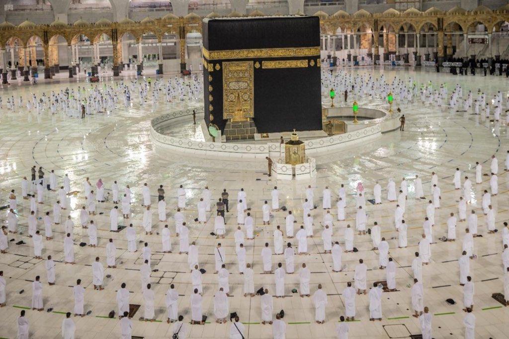 Suasana ketika jemaah umrah menunaikan solat Isyak di Masjidilharam malam tadı.