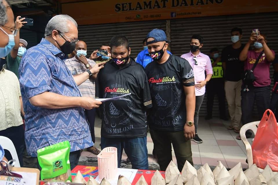 Annuar Musa ketika melawat seorang peniaga istimewa di Kuala Lumpur, hari ini.