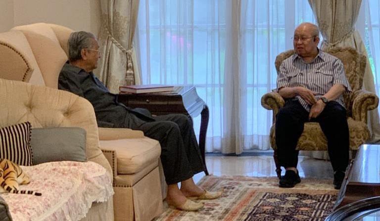 Dr.Mahathir Mohamad ketika mengadakan pertemuan dengan Tengku Razaleigh Hamzah pada 26 Oktober di Seri Kembangan, baru-baru ini.