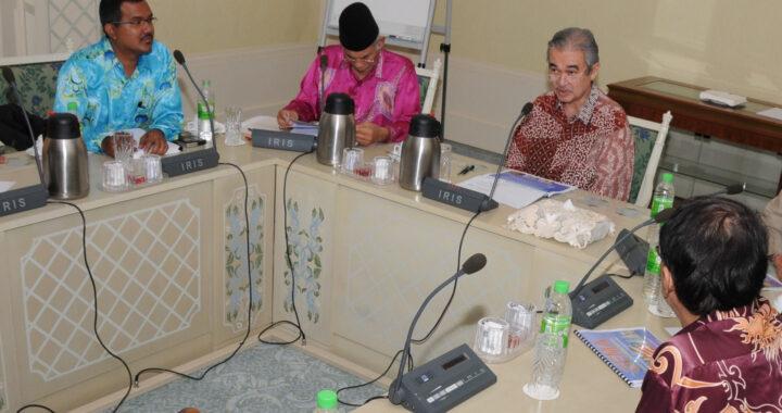 Penulis (kiri sekali) ketika menghadiri salah satu mesyuarat NGO  bersama Abdullah Ahmad Badawi di Seri Perdana pada tahun 2008.