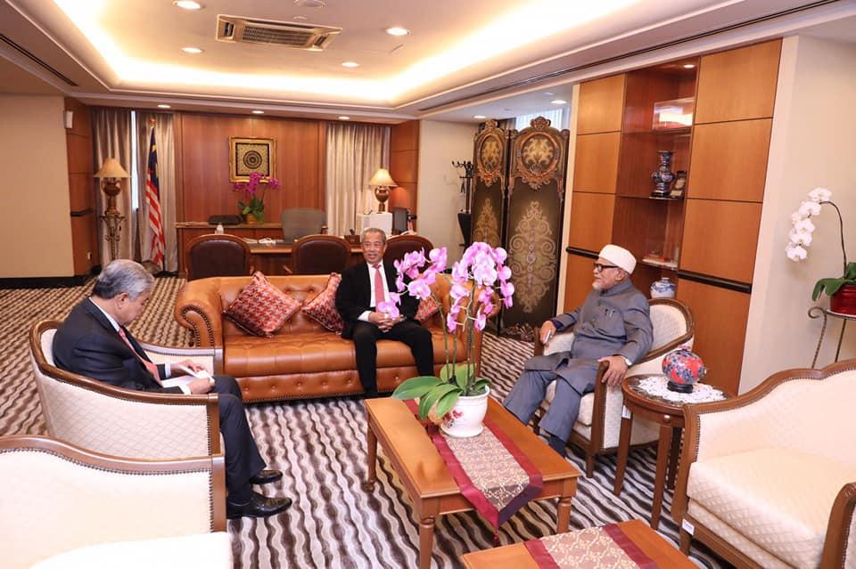 Presiden UMNO, Datuk Seri Dr.Ahmad Zahid Hamidi bersama Muhyiddin Yassin dan Presiden Pas, Datuk Seri Abdul Hadi Awang dalam satu perbincangan tidak lama dulu. GAMBAR FAIL