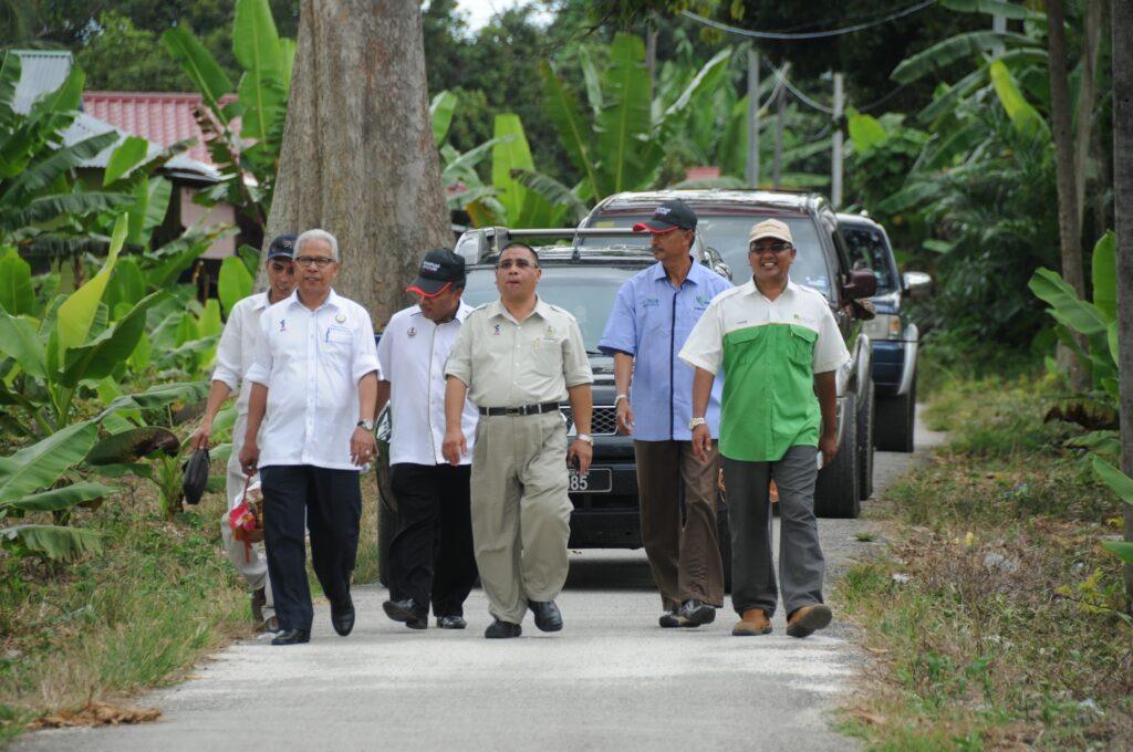 Penulis (kanan sekali) mengiringi Shaarani Mohamad melawat potensi ekonomi Mukim Pulau Tiga pada tahun 2013.
