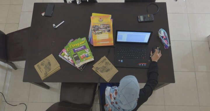 Zahra Firdaus mengikuti sesi pembelajaran Tingkatan Satu secara online bermula hari ini. - Foto Edisi 9
