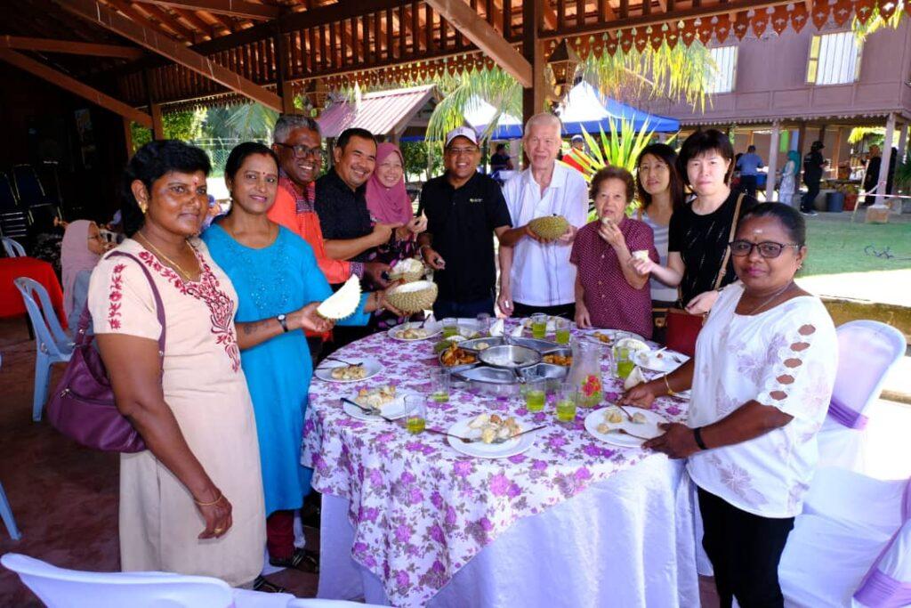 Penulis (berbaju hitam di tengah) sentiasa mengadakan program perpaduan di IGROW, Pulau Tiga, Kampung Gajah, Perak.