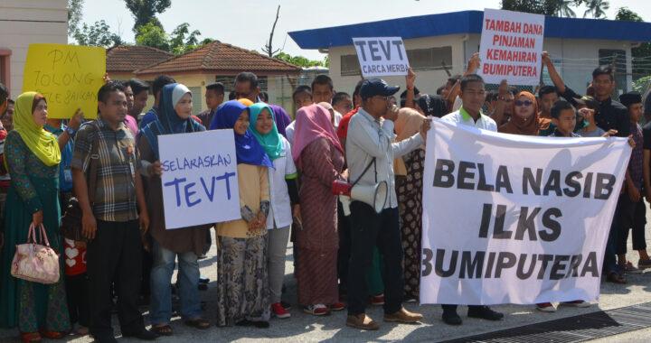 Penulis (memegang pembesar suara di hadapan) mengadakan demonstrasi secara aman mendesak Dana PTPK diperbaiki dan ditambah peruntukan suatu masa dulu.