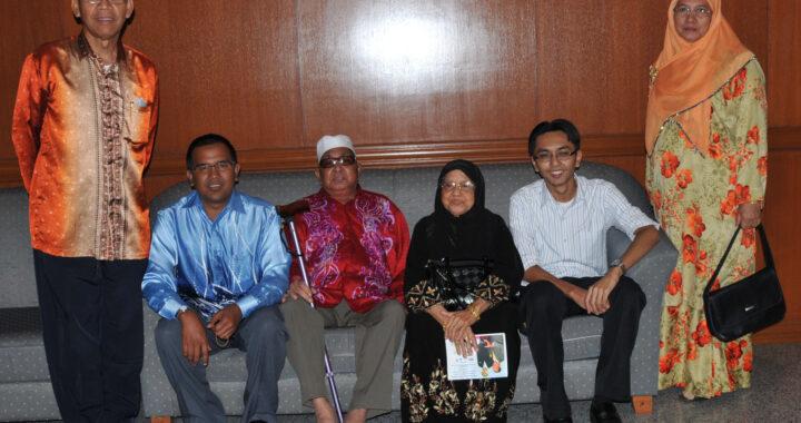 Mohamed Isa Mahamood (tengah) bersama ibu bapa penulis selepas beliau bersara.