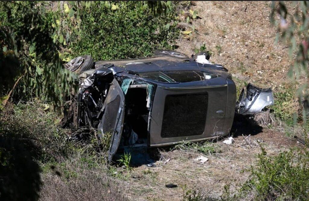 Keadaan SUV yang dipandu Tiger Woods selepas terbabit dalam kemalangan di California, semalam. - Agensi