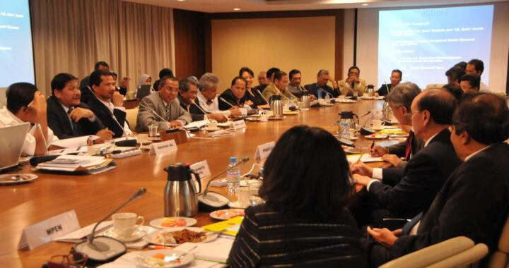 Penulis (dari kiri) mewakili NGO Ekonomi Bumiputera menyampaikan pandangan kepada Tan Sri Amirsham b. Aziz, Pengerusi Jawatankusa Penyedia Model Baru Ekonomi Malaysia pada Februari 2010. Turut hadir ialah dua Timbalan Menteri MITI ketika itu iaitu Datuk Seri Mukhriz Mahathir dan Datuk Jacob Dungau Sagan.
